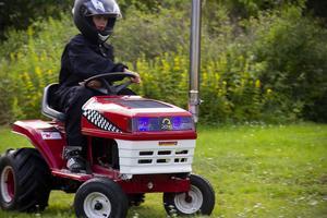 Oliver Hällqvist manövrerar med lätthet på familjen Hällqvists gräsmatta.