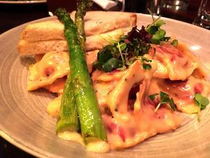 Det står tortellini på menyn, men rätten Från jord till bord är en pasta med raviolikuddar. Det smakar bra, men blir lite enformigt och stabbigt.
