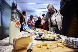 Efter provsmakningen av ostkaka följer en del hårdost och klassisk ko-ost. Senare  även möjölkprovning.