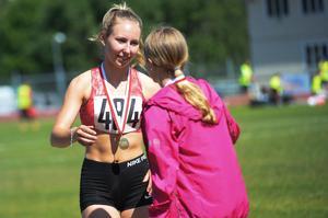 Engla Grafström från Sundsvalls Friidrott med en guldmedalj runt halsen.