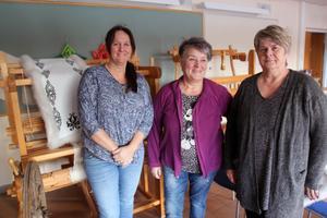 Lena Henriksson, Eva-Lisa Elgland (lärare) och Gun-Britt Persson har under några dagar lärt sig pälssömnad och blocktryck.