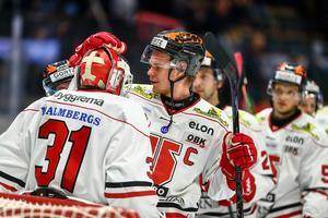 Välförtjänta hyllningar till Arntzen efter matchen. Bild: Peter Holgersson/Bildbyrån