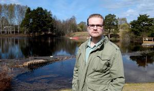 Tomas  Hellström tycker att Statkraft borde ha börjat tömma sjön på vatten tidigare för att undvika skador hos dem som bor vid Marmen.