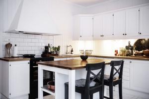 I köket bytte man spisen mot en svart för att få in lite mörkare färger.