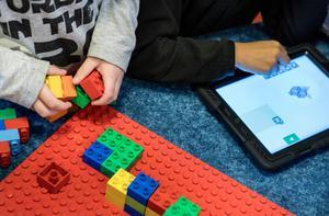 Bristen på programmerare är stor , skriver  debattörerna och föreslår att barn tidigt  stiftar bekantskap med datorer på fler sätt än att bara titta på film. (Bild från förskolan Trumman där barnen lär sig grunderna i programmering på ett lekfullt vis).