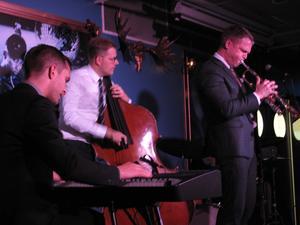 Från vänster: pianisten Magnus Hjorth, basisten Martin Sjöstedt och Karl Olandersson själv på trumpet.