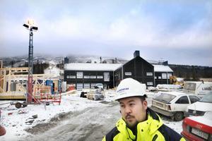 Platschefen Agust Gärdeman framför den backrestaurang som ska invigas på självaste julafton.