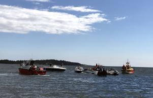 Flera civila båtar hjälper till i räddningsinsatsen.
