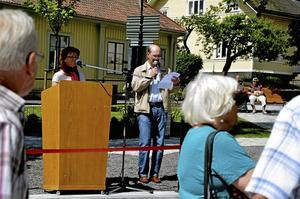 Kommunalråd Solveig Oscarsson (S) och kommunchef Jan Norlund invigningstalar vid ceremonin för Noras nya resecentrum.