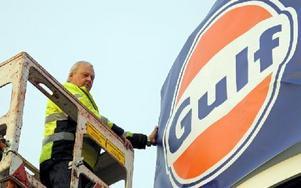 Lars Cedervall byter den gamla Shell-skylten mot Gulf. Foto: Hans Hedström