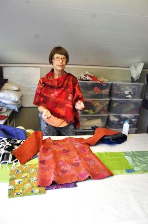Åsa Ganell arbetar med nunotovning, en gammal teknik där textiltyg och ull blandas.