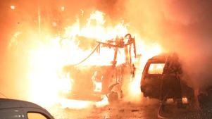 Det brann häftigt på en parkering i Gävle. Strax därefter började det brinna i ett soprum i närheten och på ytterligare en adress på Jarlavägen. Bild: Roger Nilsson