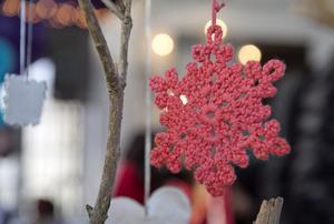 Vackra ting och julstämning hör julmarknaden till.