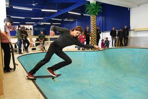 En pool med stänk av palmer och grönska ingår i Östersunds nya skateboardhall som nu är invigd. Patrik Lantz är en av många som lovordar bygget.
