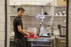 Ling Lang är kock på den nya restaurangen Great Eastern i Sundsvall. Redan i onsdags var han i färd med att laga mat åt den del av personalen som var på plats för att förbereda sig inför restaurangöppningen.