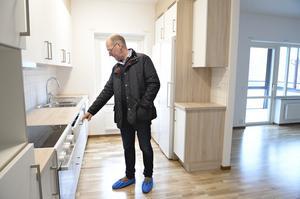 Per Eriksson inspekterar de färdiga lägenheterna för första gången.