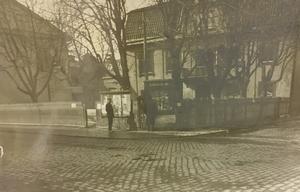 Omkring 1931 togs det här fotot i hörnet av Stora gatan och Slottsgatan i Västerås. Anslagstavlan tillhör VLT och huset till höger är Konstgalleriet som revs för att förbereda plats för VLT:s bygge vid Stora gatan på 1960-talet.