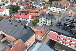 På Lilla Brogatan 8 b ligger det lilla huset mellan ett stort rosarött stenhus med en skola i och ett grönt, stort trähus som ligger närmast Lilla Torget. Foto: Svenska Mäklargruppen