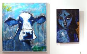 Manfred Peppers målningar är färgstarka och uttrycksfulla.