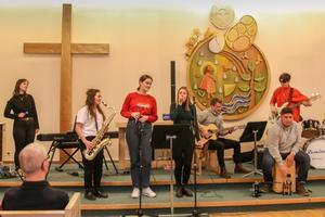 Esteter från Jämtlands gymnasium spelade och sjöng svenska melodier för medlemmarna i PRO Leva livet. Foto: Kerstin Andersson