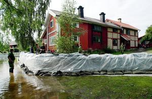 Med hemvärnets hjälp vallades Carl Larsson-gården in med sandsäckar i samband med de dramatiska dagarna i slutet av juli för 18 år sedan.Foto: Kjell Jansson