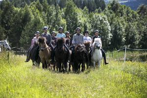 Ridlägerdeltagare på väg ut på tur tillsammans med Jonas och gårdens islandshästar. Under den här lektionen rider ryttarna utan stigbyglar för att träna balansen.