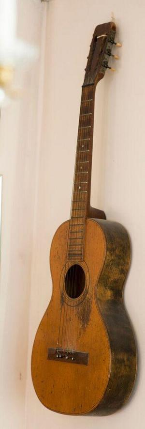 Helens farfar Hugo-Pelles första gitarr pryder sin plats ovanför soffan.