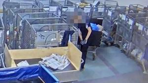 Bilder från övervakningskameror avslöjar hur en anställt öppnar brev och stoppar på sig saker. Bild: Postnords övervakningskamera.