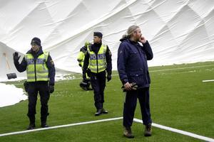 Poliserna Ulf Persson och  Mårten Stål tittade in i det just uppresta tältet – till höger Ljusals IF:s klubbchef, Per Löfgren.