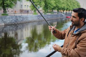 Fadi Ibrahem och hans kompisar fiskar ofta i Gavleån. Den här kvällen fick han napp direkt. – Det är kul att fiska här, säger han.
