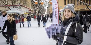 Emma Godén gör sitt bästa för att få kunder att lämna Gågatan en stund.
