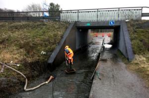 Tekniska förvaltningen i Värnamo kämpar för att hålla gångtunnlarna under 27:an öppna.