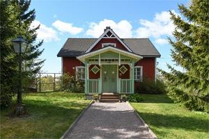 Huset byggdes 1850 och kommer med en hektar mark. Foto: Therese Asplund, Linslusen