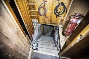 En brant källartrapp.