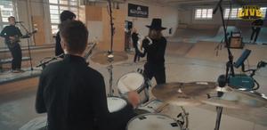 Skärmdump från livesändningen med bandet APE.
