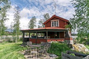 Byggt 1953, 2,1 hektar sjötomt vid Gårdvikssjön i Boda Svärdsjö, timmerhus på två plan. Foto: Jona Granath