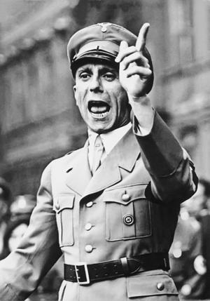 Joseph Goebbels håller tal i Berlin 1934. Foto: Georg Pahl