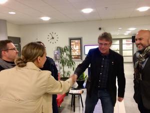 Mikael Löthstam uppvaktas om Håstaskolans nedläggning av föräldern Katrin Andersson och Thomas Johnson bland andra.