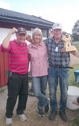 Nu får Härjulfstatyn byta hemort! Rollingstones 2 är stolta vinnare av bykampen i boule. Från vänster: Dan Stenqvist, Ingabritt och Kenneth Eriksson, Sveg. Foto: Sonia Proos