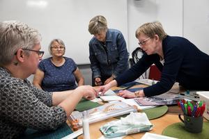 Eva Åström hjälper Susanne Sedin med att mäta rätt, Elsa Westberg och Gulli Molund väntar på sin tur att få hjälp.