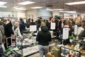 Det var 50 procent rabatt på alla varor i butiken.