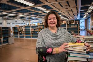"""Tina Sjöberg håller ordning och reda i Bokstugan som nu ska återinvigas. """"Det här är en verklig kulturskatt"""", säger hon om alla böcker som har återbördats till Brunnsvik."""
