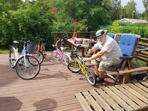 Purre Stattin går igenom alla cyklarna så att de är justa och att de går att packa lite smidigare.Foto: Privat