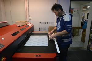 Både höga, låga och runda föremål kan Anders printa på med den nya utrustningen.