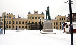 Kommunen har fått ett erbjudande att köpa tillbaka Stadshuset. Inom kort kommer politikerna att ta ställning.