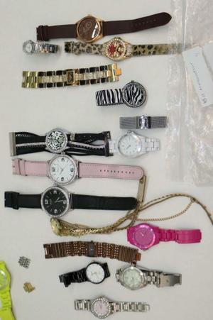 Polisen beslagtog mängder av armbandsur vid husrannsakan i kvinnans hem.   Den misstänkta kvinnan bar smycken värda 250 000 kronor när hon greps. Bild ur polisens förundersökningsprotokoll.