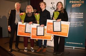 Lions Hans Karlsson delade ut utmärkelsen Årets kollega till Felicia Olsson (Ösby), Axel Olsson (ABB Industrigymnasium) och Elsa Ewert (Kungsängsgymnasiet).