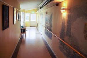 Tomt i korridorerna, här bor bara fyra äldre kvar.