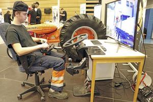 Filip Karlsson styr kran-simulatorn med säkra händer.