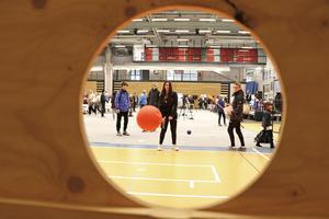 Mitt i kastet. Hallin Aziz testar prick-säkerheten i handbollsplanket. Det gäller förstås att kasta bollen igenom det uppsågade hålet.
